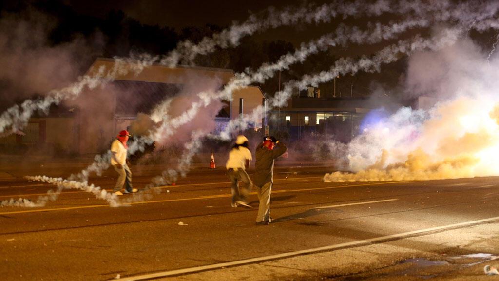 Tirs de gaz lacrymogène à Ferguson, le 17 août