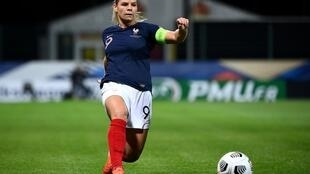 L'attaquante Eugénie Le Sommer contrôle le ballon lors du match de qualification pour l'Euro 2021 entre la France et la Macédoine du Nord au stade de la Source à Orléans, le 23 octobre 2020