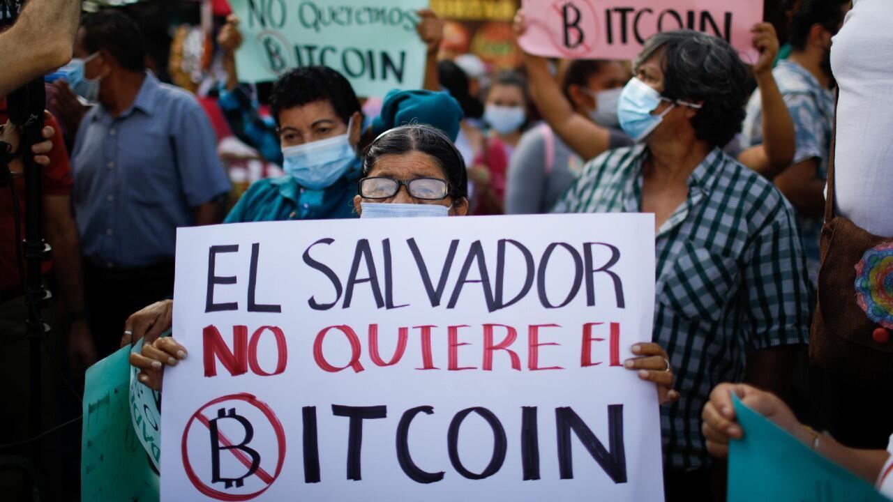 Cientos de personas protestan en las calles principales de San Salvador contra la ley de adopción del bitcoin como moneda legal, el 7 de septiembre de 2021.