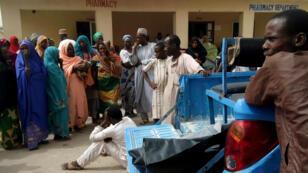 Un hombre llora cuando se llevan cadáveres a un hospital después de un ataque de Boko Haram en Maiduguri, el 2 de abril de 2018.