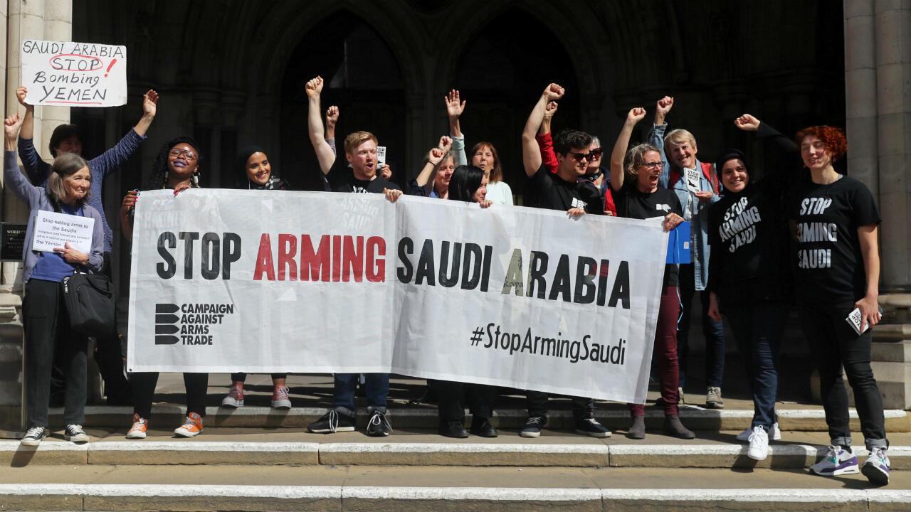 Des manifestants réagissent, le 20juin2019, à la décision de la cour d'appel de Londres jugeant les ventes d'armes à l'Arabie saoudite non conformes au droit.
