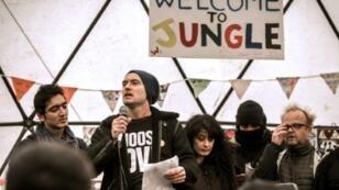 """Jude Law lisant des textes écrits par des migrants dans la """"jungle"""" de Calais, dimanche 21 février."""