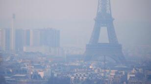 Foto de archivo de la Torre Eiffel rodeada por una neblina de partículas contaminantes sobre el horizonte en París, Francia, el 9 de diciembre de 2016.