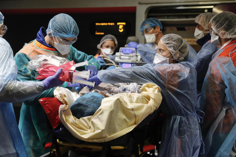 نقل المصابين بفيروس كورونا إلى المستشفيات الأقل اكتظاظا في فرنسا.