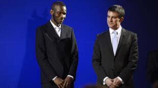 Lassana Bathily et le Premier ministre Manuel Valls, le 20 janvier 2015.