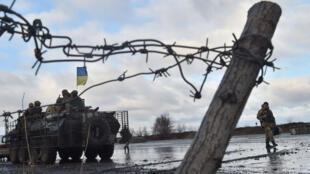 Les soldats ukrainiens patrouillent à Kramatorsk, dans la région de Donetsk, le 24 décembre 2014.