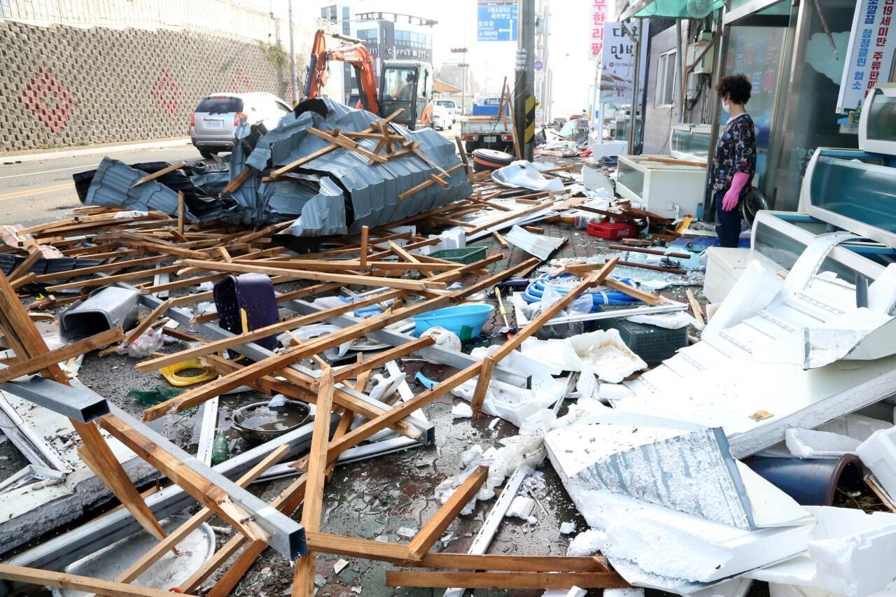 Una mujer observa los escombros causados por el tifón Maysak en Pohang, Corea del Sur. 3 de septiembre de 2020.