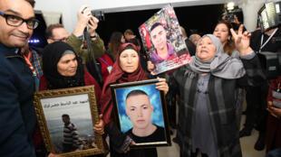 Des mères de victimes de la dictature Ben Ali lors de leur arrivée aux auditions de l'IVD, le 17 novembre, à Tunis.