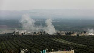 De la fumée s'élève du village de Deir Ballut, dans la région d'Afrin, en Syrie, suite à l'offensive turque contre les YPG, le 10 février 2018.