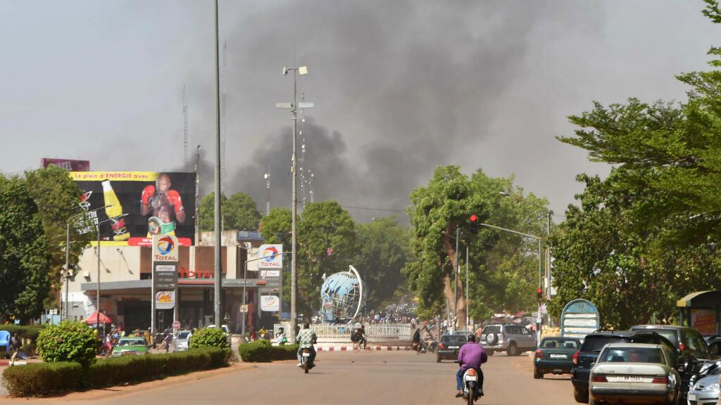 El humo se eleva desde el lugar de un ataque armado en el centro de Uagadugú, Burkina Faso, el 2 de marzo de 2018.