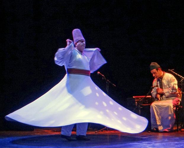 Les fameux derviches tourneurs appartiennent à l'ordre Mevlevi, une confrérie turque soufie fondée au XIIIe siècle.