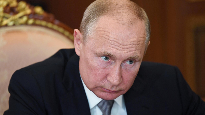 El presidente ruso, Vladimir Putin, asiste a una reunión con Ivan Dedov, presidente del Centro Nacional de Investigación Médica para Endocrinología, en el Kremlin de Moscú, Rusia, el 14 de julio de 2020.