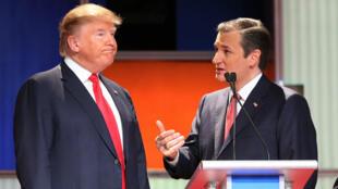 Donald Trump et Ted Cruz discutent sur le plateau d'un débat télévisé en Caroline du Sud, le 14 janvier 2016.