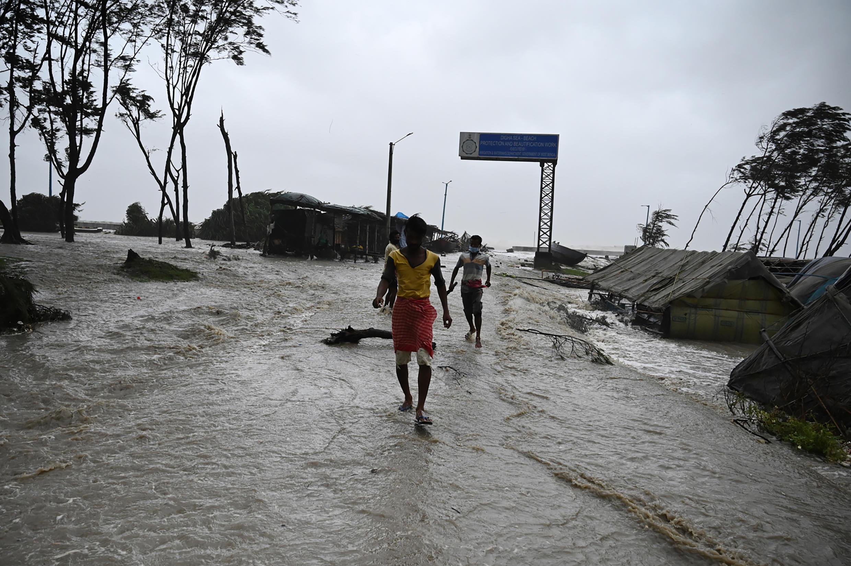 المياه تغمر شارعا في منطقة ساحلية في شرقي الهند مع وصول الإعصار ياس، الأربعاء 26 أيار/مايو 2021