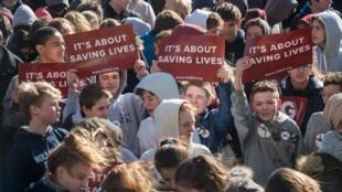 """Des élèves devant l'université de Georgetown, à Washington, lors du """"National School Walkout"""" le 14 mars 2018."""