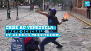 Des manifestants jetant des cocktails Molotov contre les forces de l'ordre, le 26 juillet, à Caracas.
