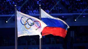 La bandera olímpica ondea junto a la de Rusia durante la ceremonia de clausura de los Juegos Olímpicos de Invierno 2014, el 23 de febrero de aquel año en la ciudad rusa de Sochi