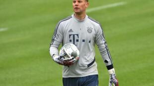 حارس مرمى بايرن ميونيخ مانويل نوير خلال حصة تدريبية في الخامس من أيار/مايو 2020.