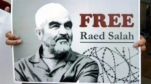 مناصرو الشيخ رائد صلاح الذي كان يقود الحركة الإسلامية-فرع الشمال المحظورة يطالبون بالإفراج عنه خارج محكمة ريشون لتسيون بالقرب من تل أبيب في 17 آب/أغسطس 2017