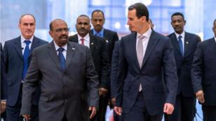Le président syrien, Bachar al-Assad, et son homologue soudanais, Omar el-Béchir, à Damas, le 16 décembre 2018.