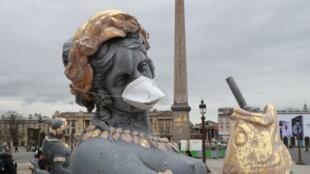 صورة لتمثال في باريس وضع عليه ناشطون بيئيون قناعا للتنديد بتلوث الهواء في العاصمة الفرنسية، 31 مارس 2018