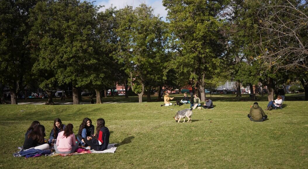 Un grupo de personas comparte en un parque mientras el país logró controlar en gran medida, el virus del Covid-19. En Montevideo, Uruguay, el 23 de mayo de 2020.