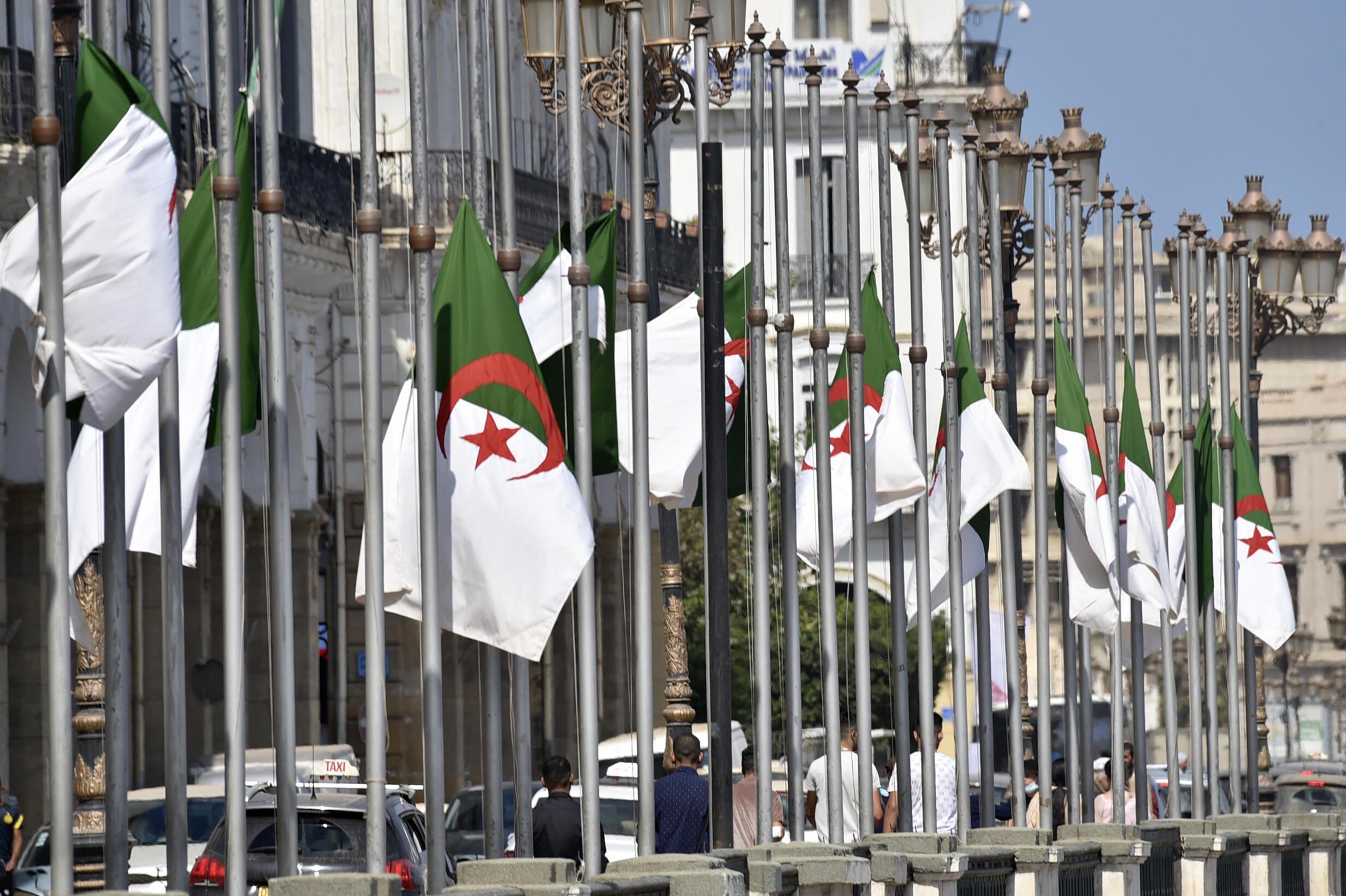 أعلام جزائرية منكسة في العاصمة الجزائر في 18 أيلول/سبتمبر 2021 بعد وفاة الرئيس السابق عبد العزيز بوتفليقة