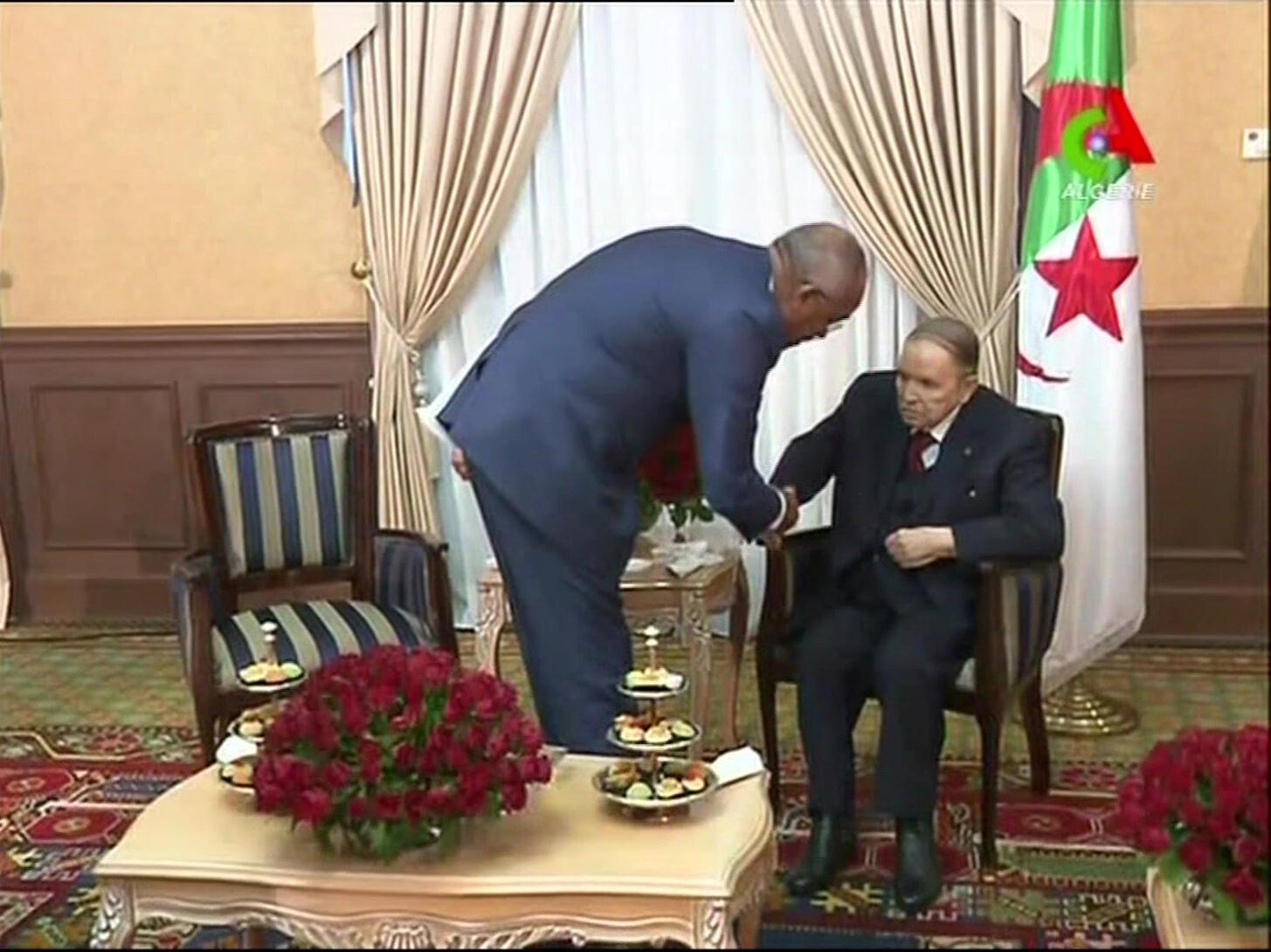 Image tirée du document diffusé par Canal Algérie le 11mars2019, montrant le président algérien Abdelaziz Bouteflika en train de saluer le nouveau Premier ministre Noureddine Bedoui.