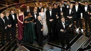 """فريق فيلم """"ذا شيب أوف ووتر"""" خلال حفل جوائز الأوسكار في هوليوود، في 4 آذار/مارس 2018."""