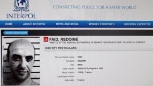 Foto del sitio web de Interpol donde muestran la página de Redoine Faïd. Este aviso es del 15 de abril del 2013 cuando se le buscaba tras su primera evasión de la cárcel el 13 de abril del 2013.