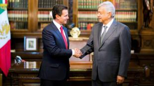 El presidente de México, Enrique Peña Nieto, y el presidente electo, Andrés Manuel López Obrador, se saludan durante una reunión en la Ciudad de México. CDMX, 3 de julio 2018.