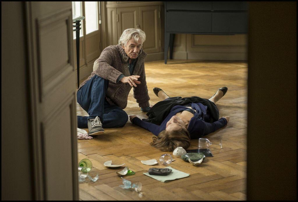 """بول فيرهوفن إلى جانب إيزابيل هوبار في مشهد من فيلم """"هي"""""""
