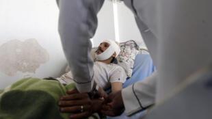 Un homme reçoit des soins dans l'hôpital de Sanaa, le 21 avril 2015, après avoir été frappé par une frappe de la coalition menée par Riyad.