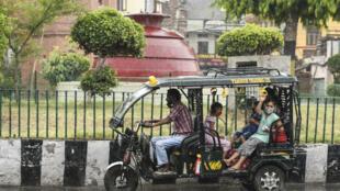 أشخاص يضعون كمامات على متن عربة كهربائية في أمريتسار في الهند في 23 أيار/مايو 2021