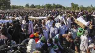 مشيعون يحضرون جنازة 43 من المزارعين في زبرماري ،قرب مايدوغوري في نيجيريا ، 29 نوفمبر 2020.