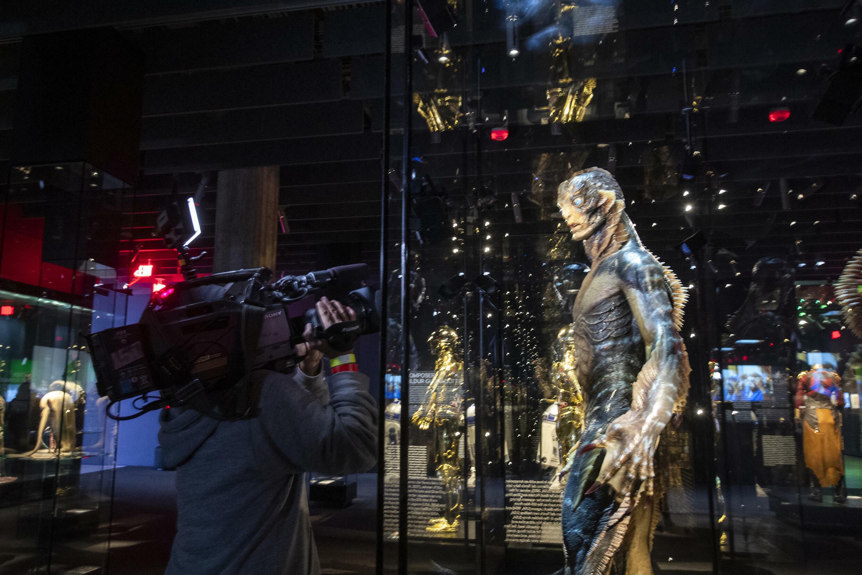 """Artefacts de cinéma, de films comme """"La forme de l'eau"""" sont exposés à l'Academy Museum of Motion Pictures"""