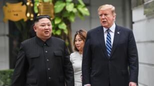 Kim Jong-un et Donald Trump marchent côte à côte lors de leur deuxième rencontre à Hanoï, au Vietnam, le 27février2019.