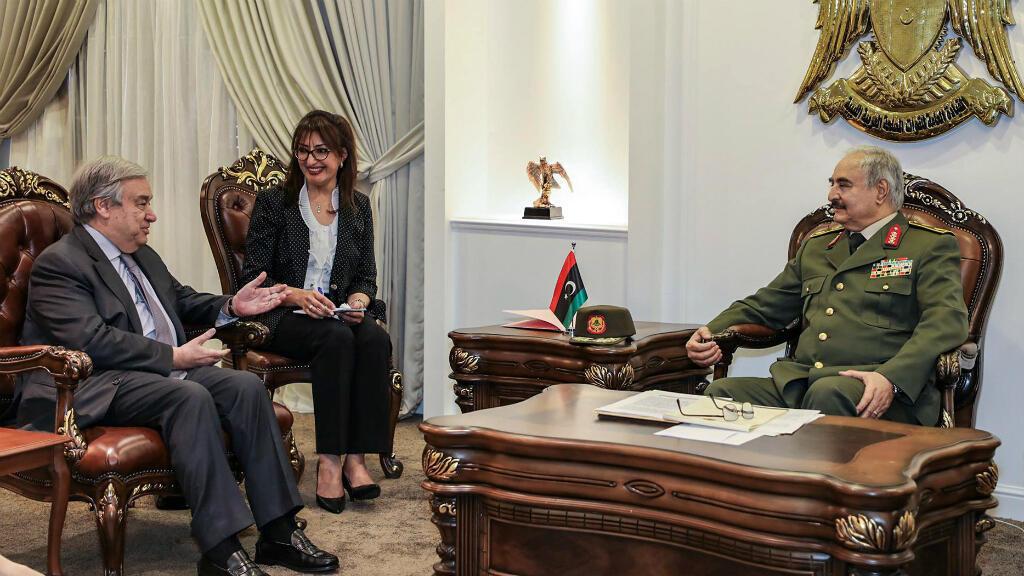 Esta fotografía obtenida de la autoproclamada página de Facebook de la División de Información de Guerra del Ejército Nacional Libio, muestra a Haftar reuniéndose con el Secretario General de la ONU, Antonio Guterres, el 5 de abril de 2019 en Ar Rahmaj, Libia.