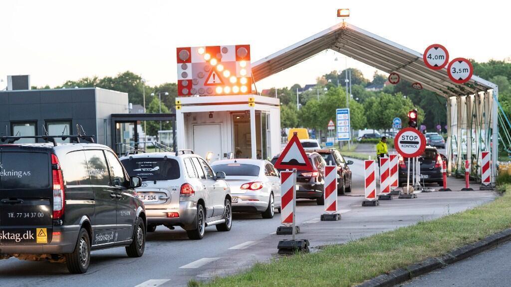 Varios coches aguardan pasar el control entre la frontera danesa y la alemana. En Krusaa, Dinamarca, el 15 de junio de 2020.