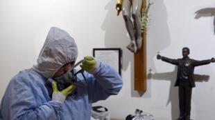 El cura mexicano Andrés Esteban López se pone una máscara de protección antes de ir al Hospital General en Ciudad de México, el 14 de mayo de 2020