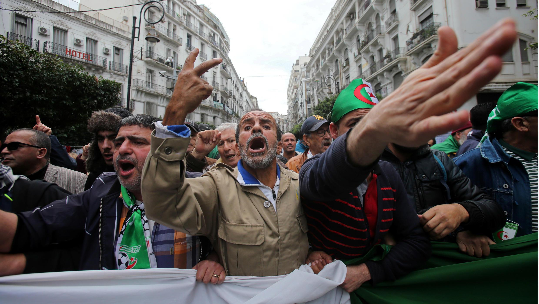 Manifestants protestan en las calles de Argel el 20 de diciembre de 2019 para mostrar el rechazo contra el nuevo primer ministro, Abdelmajid Tabboun, un día después de su posesión.