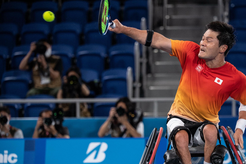 Le Japonais Shingo Kunieda frappe un retour contre le Néerlandais Tom Egberink lors de leur match de tennis en fauteuil roulant pour la médaille d'or du simple masculin à Tokyo, le 4 septembre 2021.