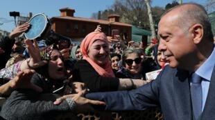 El presidente turco, Tayyip Erdogan, es recibido por sus partidarios cuando abandona una mezquita después de las oraciones del viernes en Estambul, Turquía, el cinco de abril de 2019.