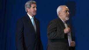 Le Secrétaire d'État américain John Kerry et le ministre des Affaires étrangères Mohammad  Javad Zarif lors de la conférence de presse à Lausanne, le 2 avril.