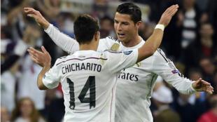 """Cristiano Ronaldo félicite """"Chicharito"""", auteur du but de la qualification du Real Madrid mercredi face à l'Atlético (1-0)."""