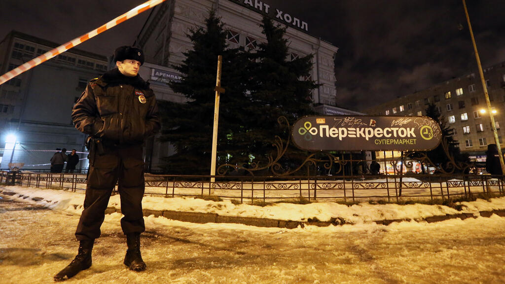 La policía llega el 27/12/2017 a un supermercado de la ciudad de San Petersburgo, Rusia, luego de una explosión.