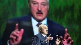 El presidente bielorruso, Alexander Lukashenko, habla en el foro de la Unión de Mujeres en Minsk, Belarús, el 17 de septiembre de 2020.