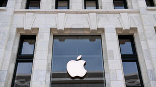 Foto tomada el 29 de abril de 2020, muestra una Apple Store cerrada en Washington, DC, antes de su informe de ganancias esperado para el primer trimestre después del cierre del mercado el 30 de abril, en medio de la pandemia de coronavirus.