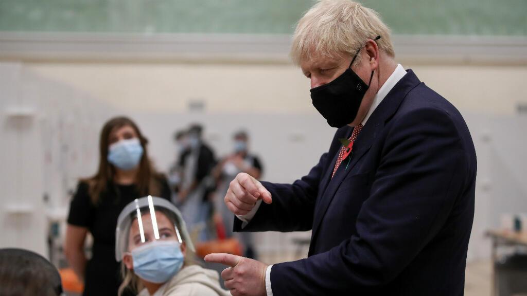 El primer ministro británico, Boris Johnson, habla con el personal de un centro de pruebas en la Universidad de De Montfort, en medio del brote de la enfermedad por coronavirus (COVID-19), en Leicester, Reino Unido, el 6 de noviembre de 2020.