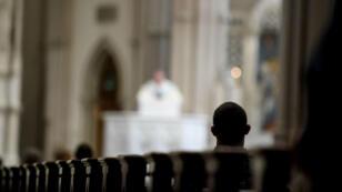 Archivo: un sacerdote preside una misa en Pittsburgh, Pensilvania, el 15 de agosto de 2018.